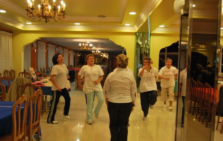 """Momento del sketch """"Baile Rap"""" que realizaron varias socias durante la celebración"""